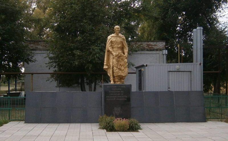 с. Зеленое Поле Криворожского р-на. Памятник у школы, установленный на братской могиле, в которой похоронено 376 советских воинов, погибших при освобождении с. Зеленое Поле в октябре 1943 года - 30 января 1944 года.