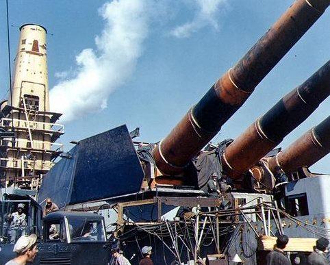 Установка башенный 16-дюймовых пушечных башен на линкоре «Iowa». 1942 г.