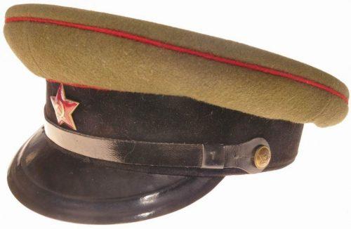 Фуражки командного и начальствующего состава бронетанковых, инженерных войск и артиллерии образца 1935 года.