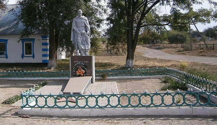 с. Каменное Поле Криворожского р-на. Памятник, установленный на братской могиле, в которой похоронено 52 советских воина, погибших при освобождении села в октябре 1943 года - феврале 1944 года.