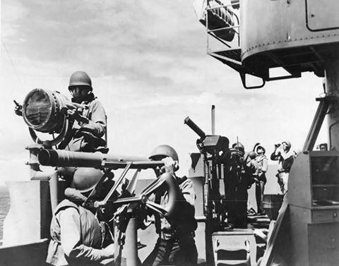Моряки на сигнальном мостике авианосца. 1942 г.