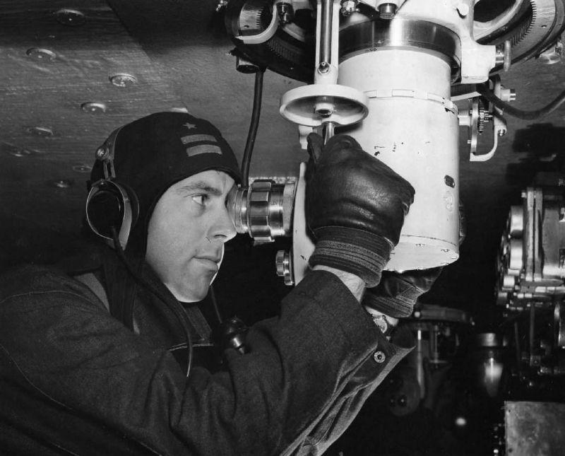 Командир у прицела 406-мм орудий главного калибра американского линкора «Алабама».1942 г.