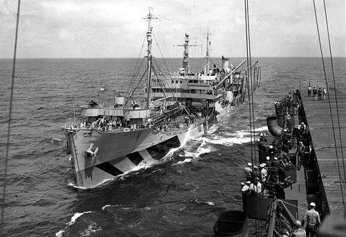 Американский танкер «Sebec» во время дозаправки авианосца «Kitkun Bay». 1942 г.
