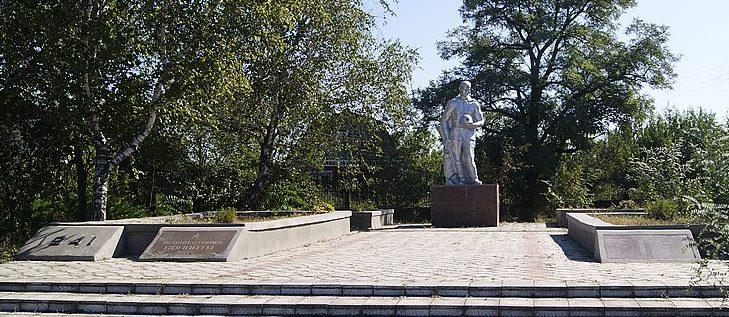 с. Елизаветовка Петриковского р-на. Памятник, установленный в 1956 году на братской могиле, в которой похоронено 110 советских воинов, погибших при освобождении села 25 сентября 1943 и при форсировании р. Днепр в районе с. Аулы в сентябре-октябре 1943 года.