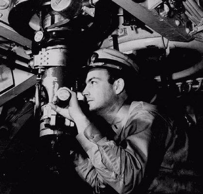 Командир подлодки у перископа. 1942 г.