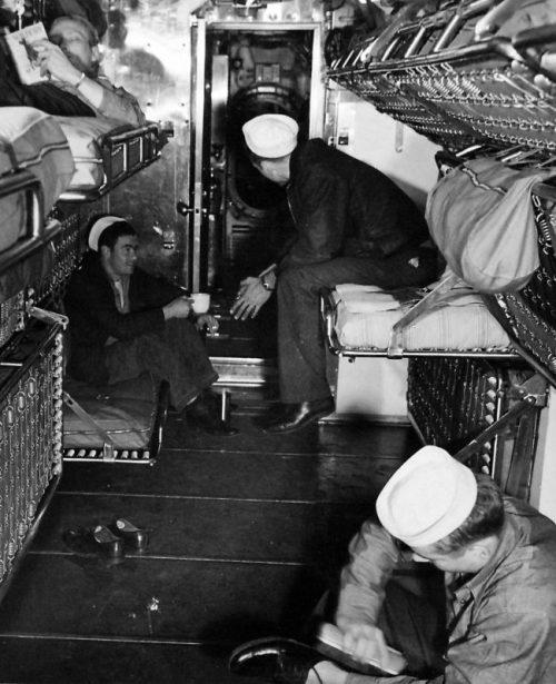 Члены экипажа подводной лодки «Катлфиш» в часы досуга. Июнь 1943 г.