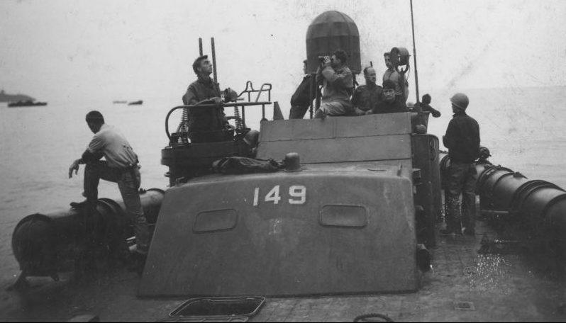 Экипаж на палубе торпедного катера PT-149 во время операции по высадке американских десантных сил в заливе Нассау. Июль 1943 г.