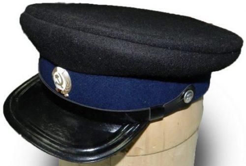 Фуражка сотрудника ГУЛага образца 1936 года чёрного цвета, с тёмно-синим околышем, без кантов, с чёрными лакированными козырьком и подбородным ремнём.