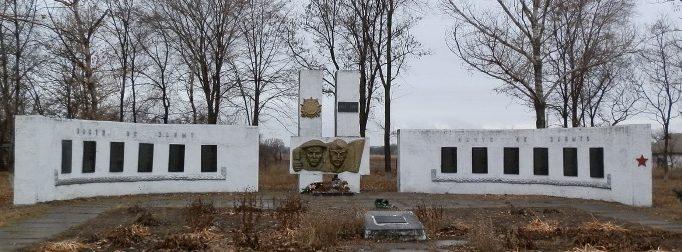 п. Николаевка Петриковского р-на. Мемориал советским воинам, погибших в боях за поселок и памятный знак землякам.