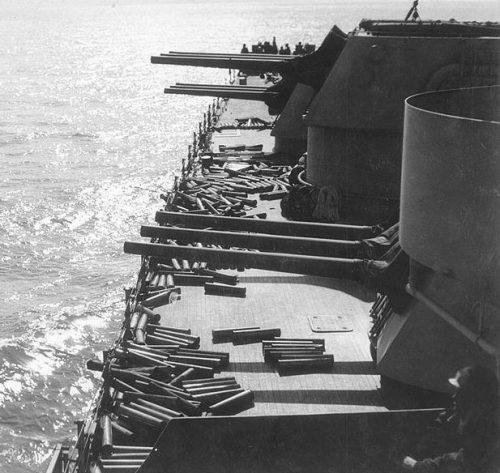 6-дюймовые орудийные башни крейсера «Brooklyn» после обстрела Ликату. Сицилия, июль 1943 г.