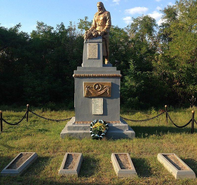 с. Сорочино Петриковского р-на. Памятник, установленный в 1964 году на братской могиле советских воинов, погибших в боях за село и при форсировании р. Днепр осенью 1943 года.