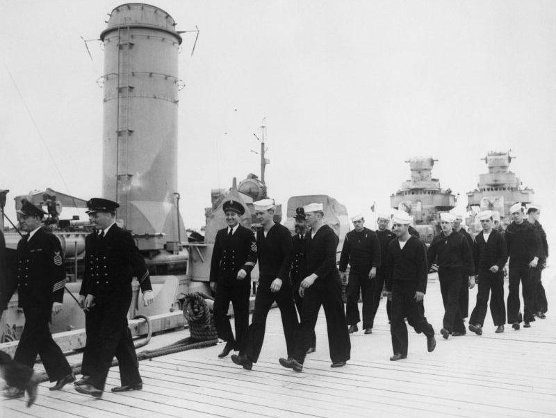 Моряки возвращаются из увольнения на берег на свои корабли на военно-морской базе «Лондондерри». 1943 г.