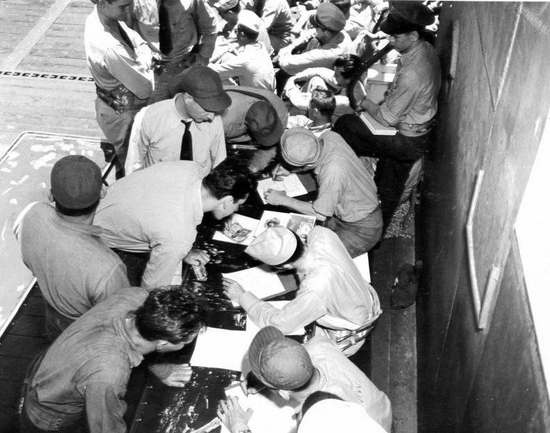 Выдача жалования на полетной палубе легкого авианосца «Индепенденс». 1943 г.