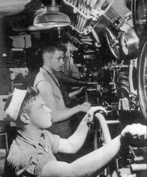 Моряки подводной лодки «Капелин» во время экстренного погружения субмарины. 1943 г.