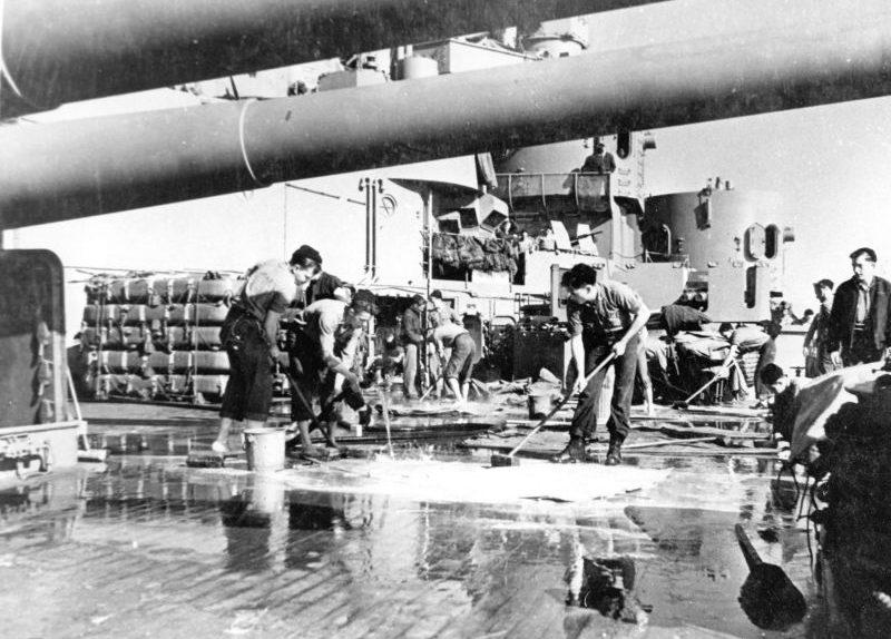 Матросы драят палубу линкора «Южная Дакота» во время стоянки в Скапа Флоу. 1943 г.