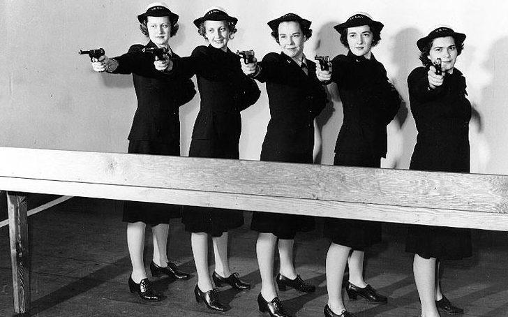 Женщины-военнослужащие флота в тире. 1943 г.