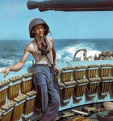 Член 40-мм орудийного расчета на эсминце «Эдсалл». 1943 г.