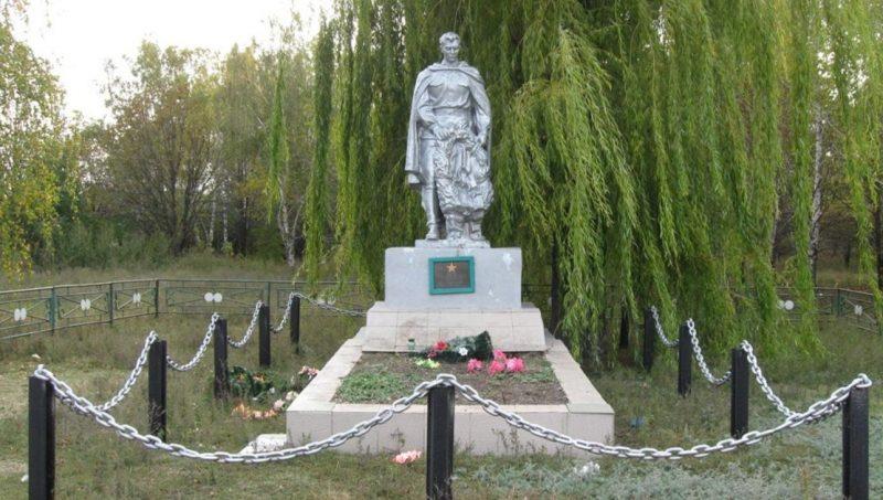 с. Богдано-Вербки Петропавловского р-на. Памятник, установленный на братской могиле 4 партизан.