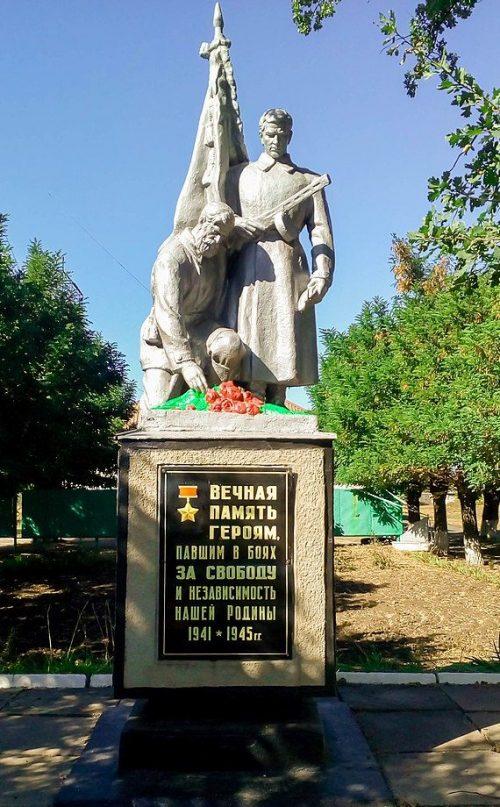 п. Васильковское Петропавловского р-на. Памятник, установленный в 1967 году у клуба на братской могиле советских воинов.