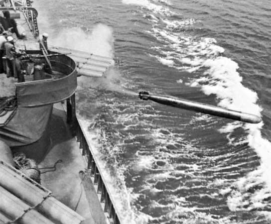 Эсминец «Dunlap» запускает торпеды. 1943 г.