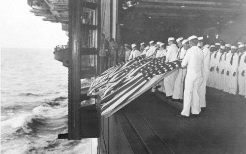 Похороны в море на борту авианосца «Intrepid». Январь 1944 г.