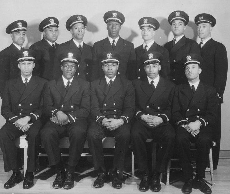Групповое фото чернокожих энсинов-выпускников. Февраль 1944 г.