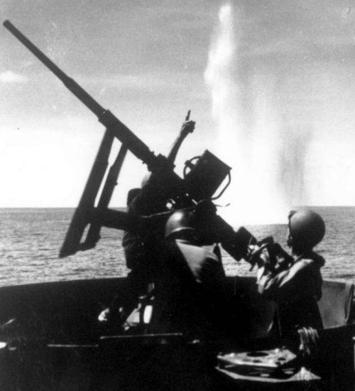 Расчет 20-мм автоматической зенитной пушки «Эрликон» отражает японский авианалет во время высадки американских десантных сил на мыс Глостер. Март 1944 г.