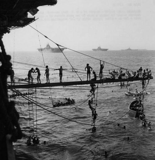 Моряки американского авианосца купаются в районе Маршалловых островов. Апрель 1944 г.