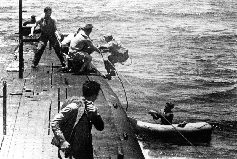 Подлодка «Танг» во время спасения сбитого пилота в районе атолла Трук. Май 1944 г.