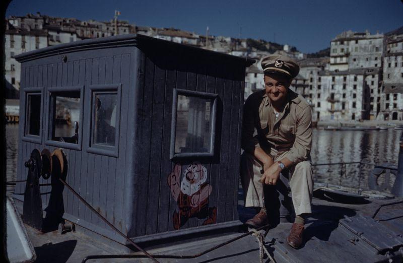 Американский моряк на борту захваченного патрульного катера Кригсмарине. Июнь 1944 г.