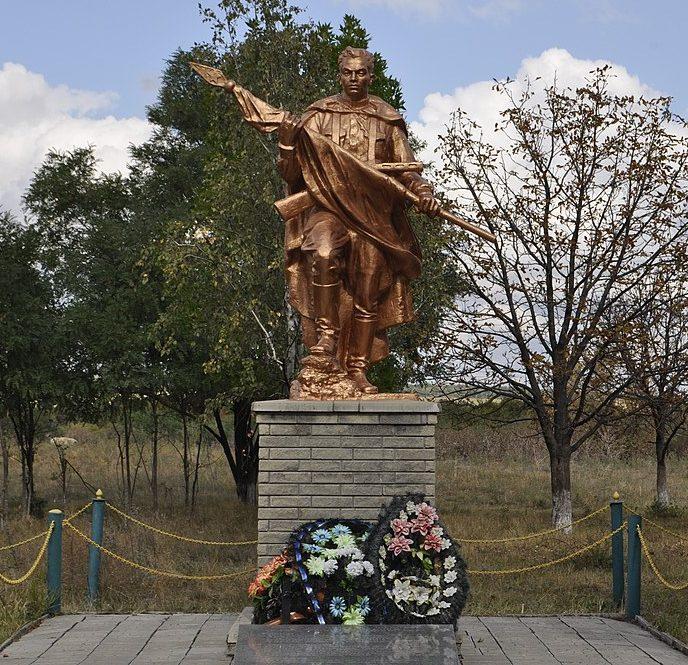 с. Братское Покровского р-на. Памятник, установленный на братской могиле советских воинов.