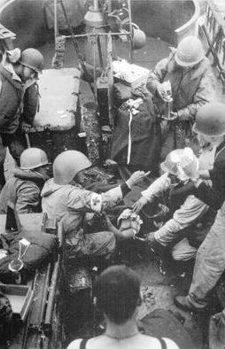 Медики за работой на корабле у Омаха-Бич. Июнь 1944 г.