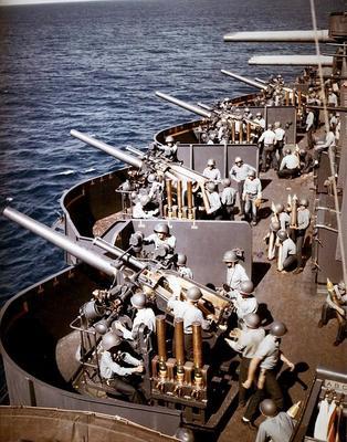 Батарея 127 мм орудий на борту линкора «Нью-Мексико». Июнь 1944 г.