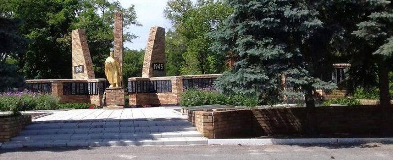 с. Гавриловка Покровского р-на. Мемориал, установленный на братской могиле советских воинов.