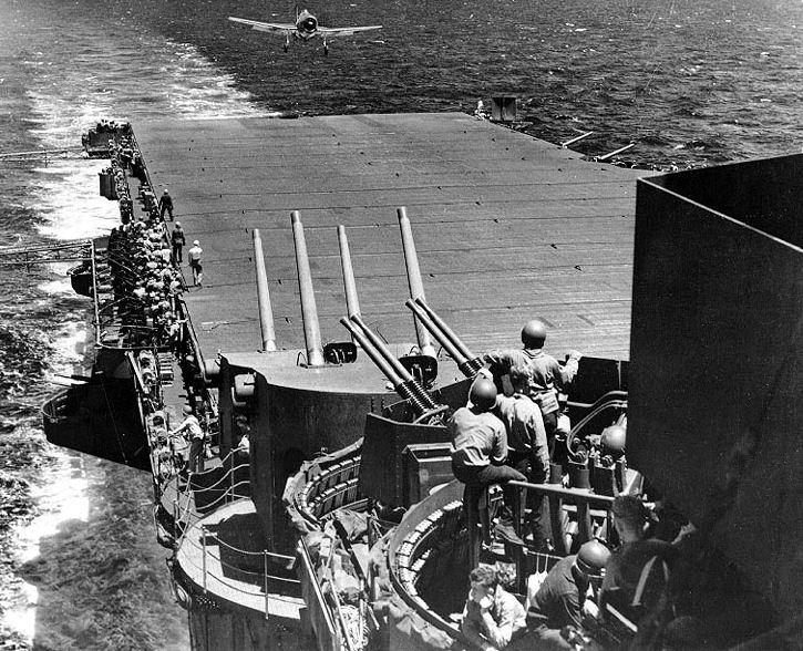 Посадка Hellcat на летную палубу авианосца «Лексингтона». Июнь 1944 г.