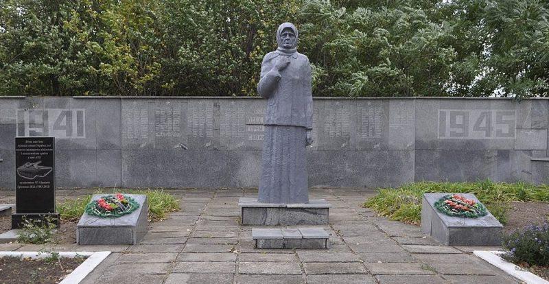 с. Даниловка Покровского р-на. Мемориал, установленный на братской могиле советских воинов.