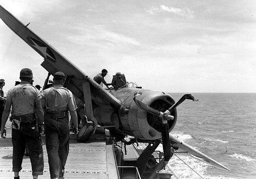 Самолет Brewster F2A-3 «Buffalo» во время аварийной посадки на летной палубе авианосца «Long Island». Июль 1944 г.