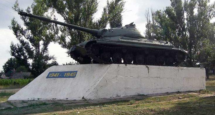 п. Покровское Покровского р-на. Памятник-танк воинам-освободителям.