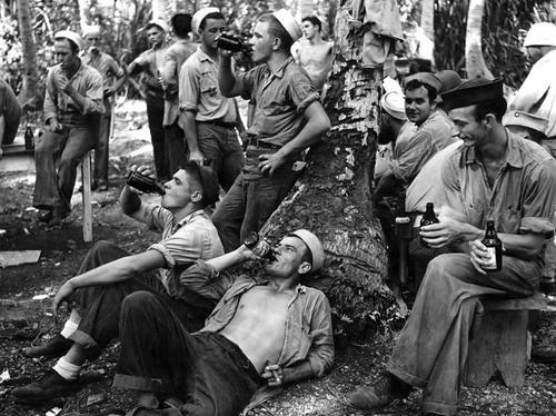 Моряки пьют пиво под пальмами на острове Могмог. Сентябрь 1944 г.