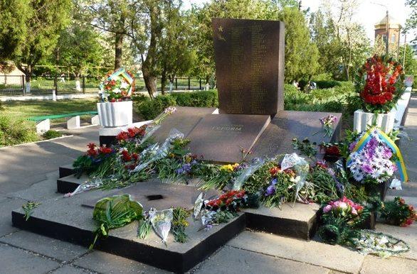 г. Покров (Орджоникидзе). Братская могила воинов, погибших в боях за город.