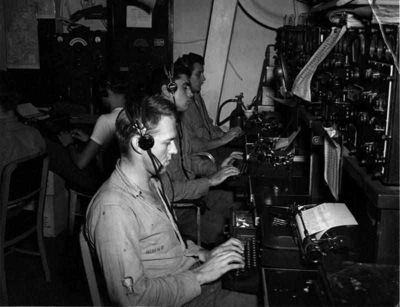 Радиорубка авианосца «Санти» во время битвы в заливе Лейте. Октябрь 1944 г.