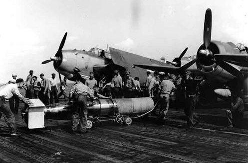 Подвеска торпеды на самолеты. Октябрь 1944 г.