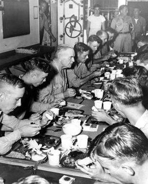 Адмирал Булл Хэлси, командующий Третьим флотом США, обедает в честь Дня Благодарения с экипажем своего «Нью-Джерси». Ноябрь 1944 г.
