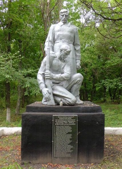 с. Виноградовка Пятихатского р-на. Памятник воинам, погибших в боях за село.