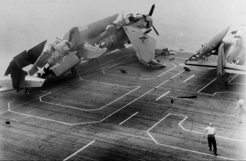 Разбитые самолеты на палубе эскортного авианосца «Бисмарк Си». Декабрь 1944 г.