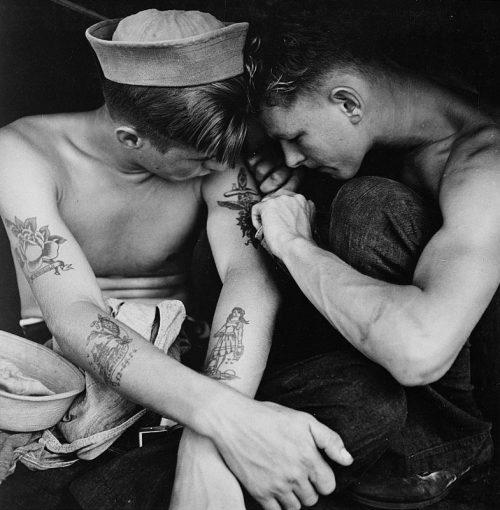 Матрос линкора «Нью-Джерси» делает татуировку своему товарищу. Декабрь 1944 г.
