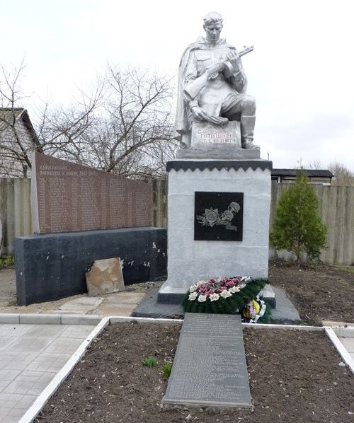 с. Вольное Пятихатского р-на. Памятник, установленный на братской могиле воинов, погибших в боях за село и памятный знак погибшим односельчанам.