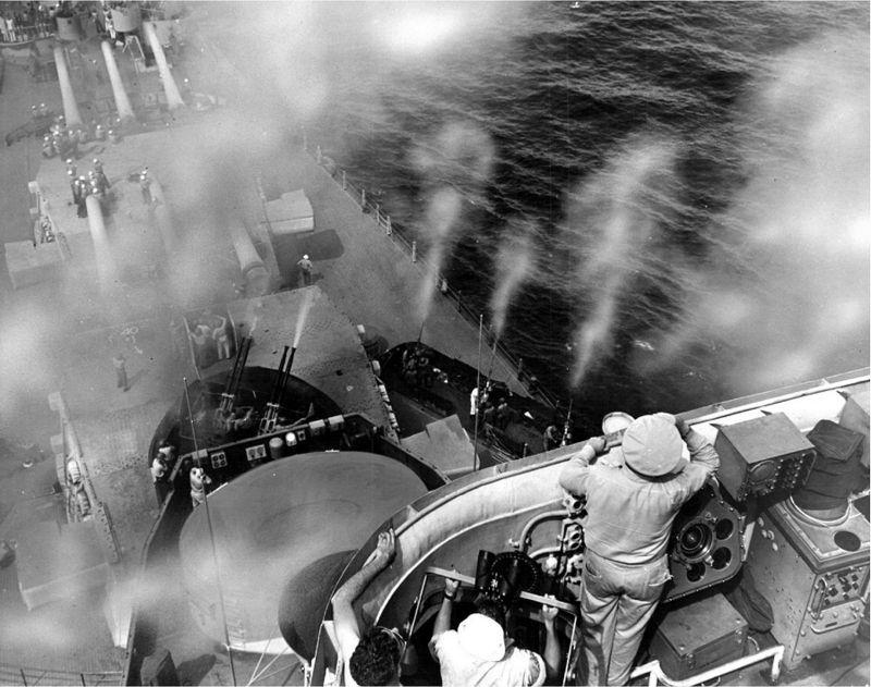 Зенитные орудия линкора «Миссури» ведут огонь во время обучения расчетов. 1944 г.