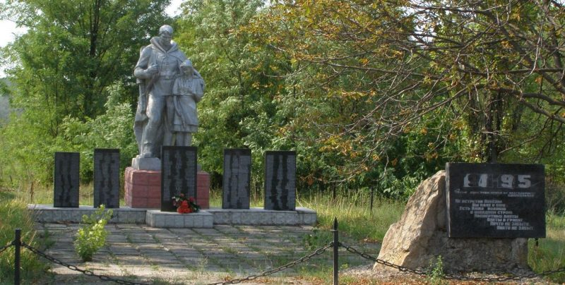 с. Грушеватка Пятихатского р-на. Памятник погибшим односельчанам.
