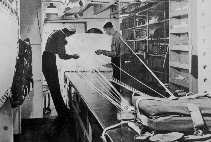 Укладка парашюта на борту американского авианосца «Беннингтон». 1944 г.